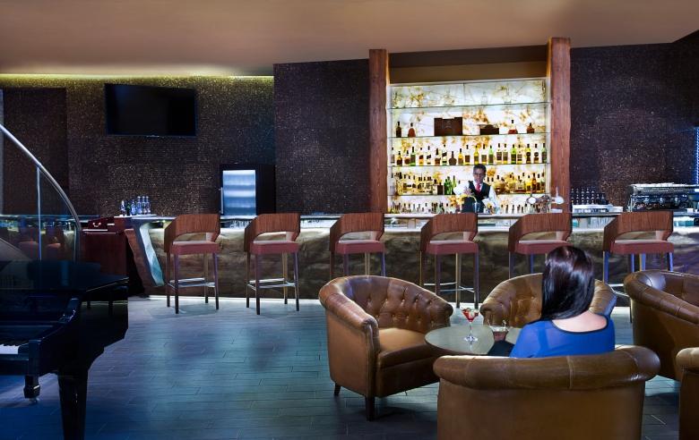 Sofitel - The Palm Dubai - Porter House Bar - Bar Tender and Client