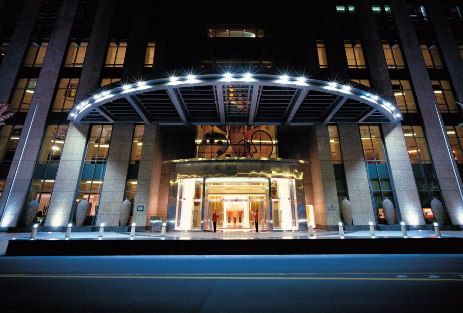 sldb-gallery-hotel-entrance-at-night