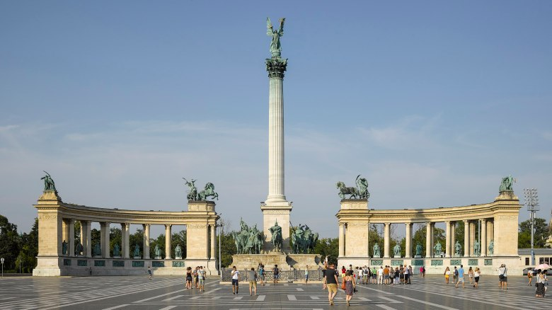2560px-HUN-2015-Budapest-Heroes'_Square